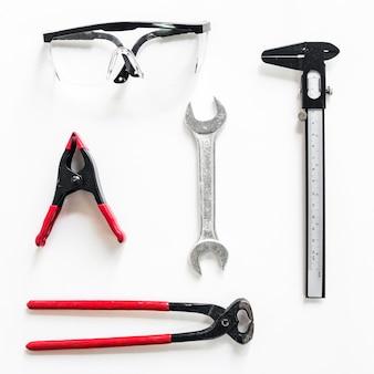 Veiligheidsbril dichtbij bouwhulpmiddelen