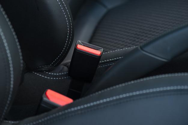 Veiligheidsgordel op een zwart lederen stoel. detailopname