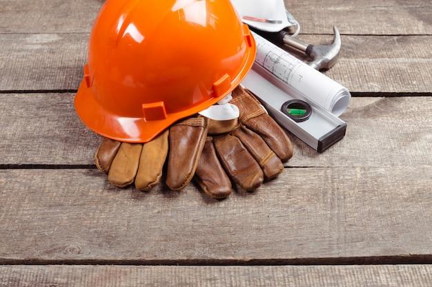 Veiligheidshelm en oude leren handschoenen