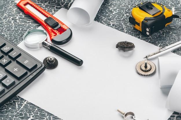 Veiligheidshelm en rollen van technische tekeningen en benodigdheden