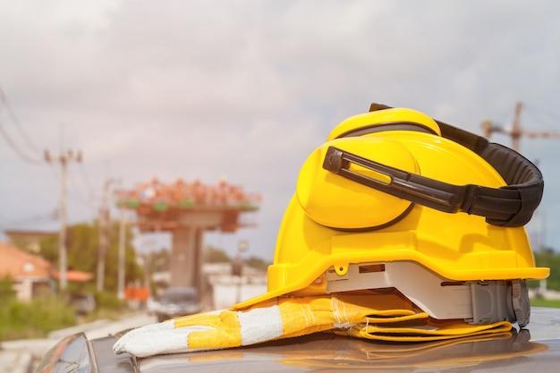 Veiligheidshelm met bouwwerfachtergrond selectieve nadruk.