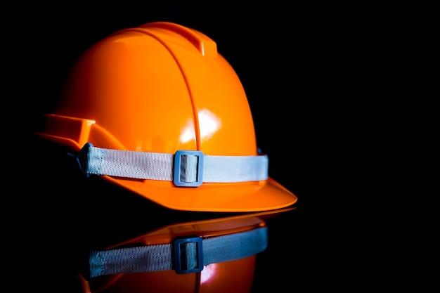 Veiligheidshelm zwarte achtergronden worden gebruikt door ingenieurs en de industrie en de bouw