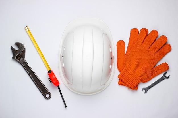 Veiligheidsuitrusting en werkinstrument op een witte achtergrond. bovenaanzicht.