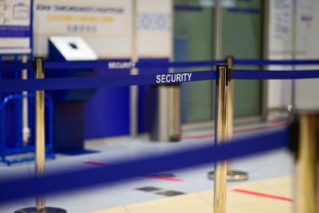 Veiligheidszone voor de passagiers op de luchthaven.