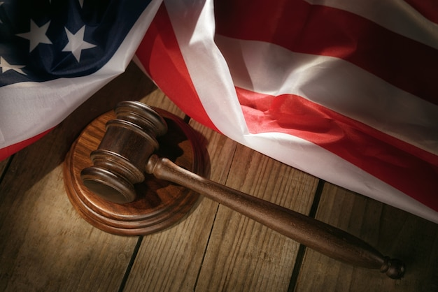 Veiling rechter hamer op een tafel met een amerikaanse vlag
