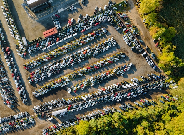 Veilingkavel op auto verdeeld in rijen een geparkeerde terminal voor gebruikte auto's