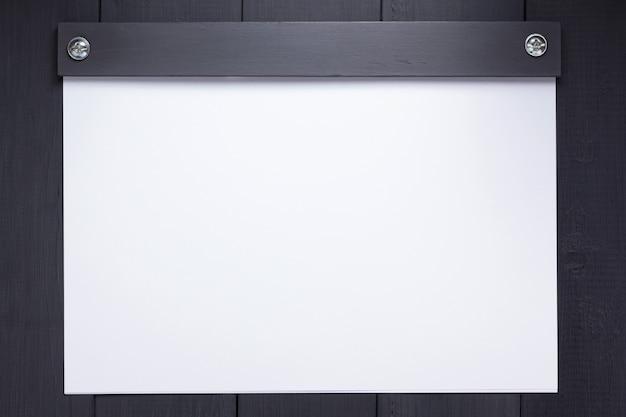 Vel papier met lege pagina's op zwarte achtergrond, bovenaanzicht