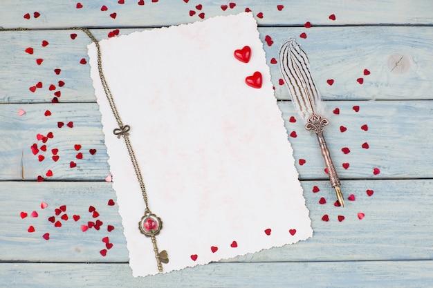 Vel papier, vulpen en rode harten