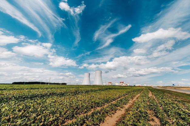 Veld bij de kerncentrale in het district ostrovetsky