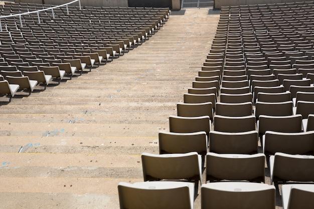 Veld met lege stadionstoelen