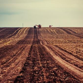 Veld van de tractor het ploegende landbouwbedrijf als voorbereiding op de lente het planten