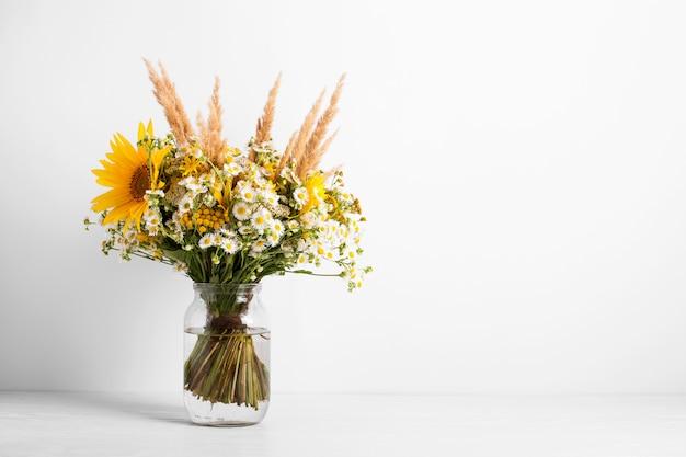 Veldbloemen in een glazen vaas. zomerboeket bloemen