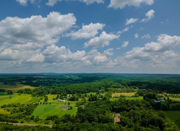 Velden en weiden met land op de hoge luchtfoto een dorp