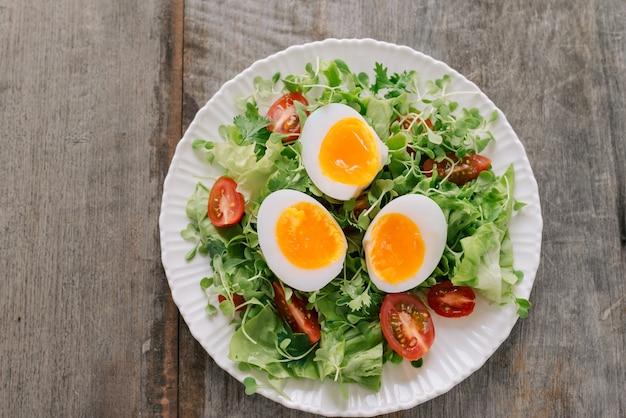 Veldsla salade, hardgekookte eieren, tomaten en honing-mosterddressing