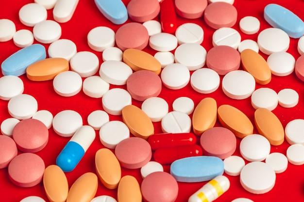 Vele geneeskundepillen sluiten omhoog op rood
