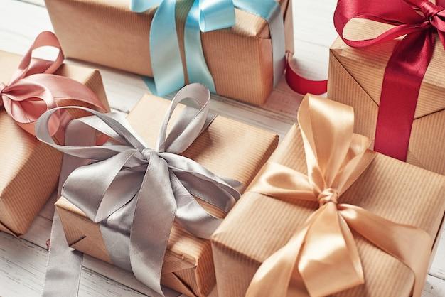 Vele geschenk dozen op een witte achtergrond, close-up
