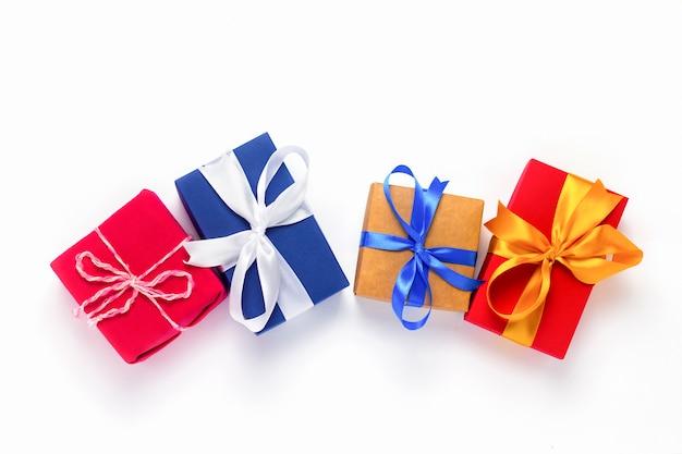 Vele geschenkdozen op een witte achtergrond.