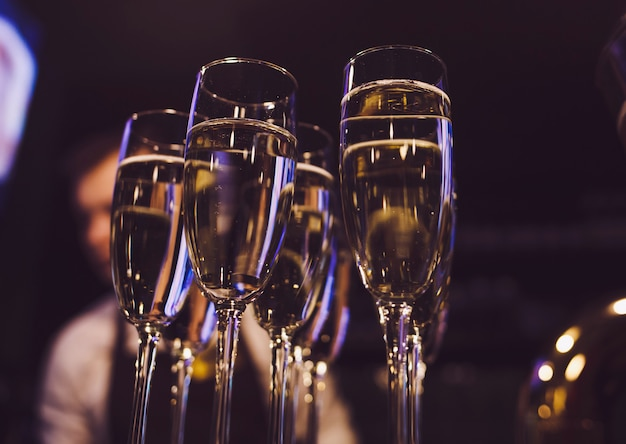 Vele glazen met champagne
