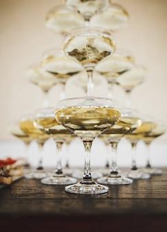Vele glazen verschillende wijnen op een rij op het buffet