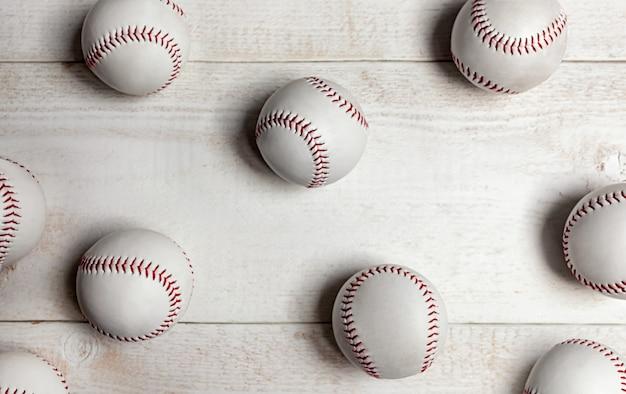Vele honkbalballen op wit hout