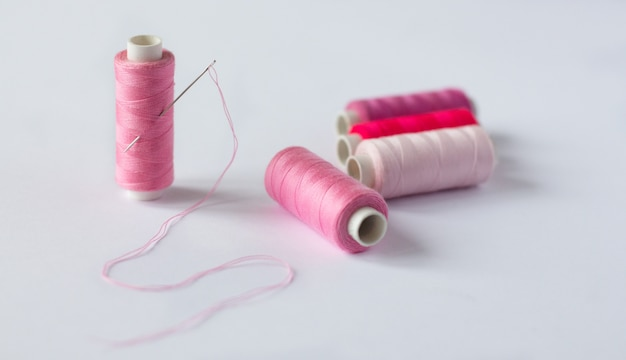 Vele klossen van helder naaigaren met een naald
