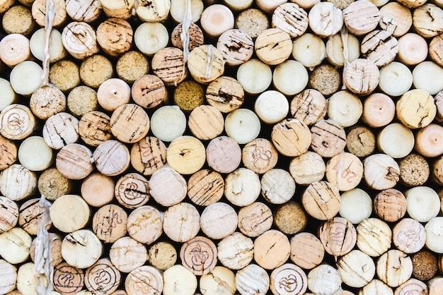 Vele kurkdoppen van wijnflessen die als decoratie op de muur van een restaurant worden gebruikt.
