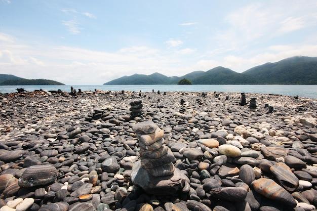 Vele mooie stenen op koh hin ngam in de andaman zee van de archipel in thailand