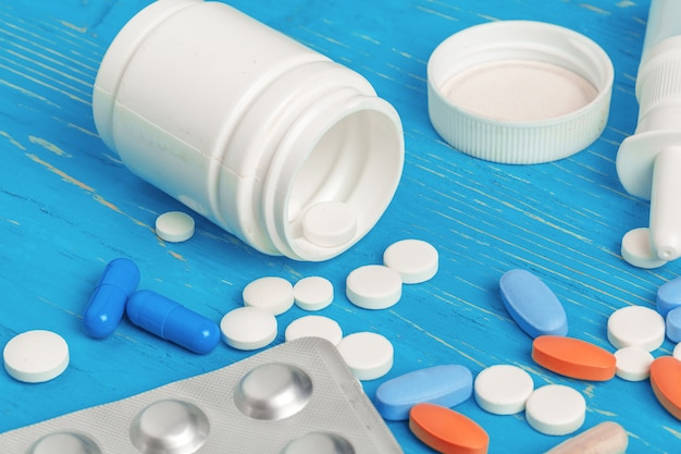 Vele verschillende pillen op blauw hout