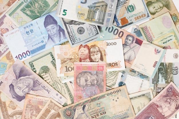 Vele verschillende valuta's als kleurrijk achtergrondconcepten globaal geld