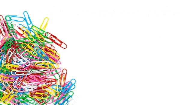 Velen kleuren kantoorbehoeftenpaperclippen op een witte achtergrond. bovenaanzicht en kopieer ruimte