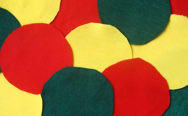 Velen omcirkelen gele, rode en groene voddenstof voor achtergrond