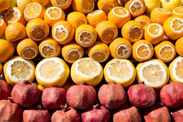 Velen openden vruchten op een markt in istanboel, turkije tijdens zonnige dag