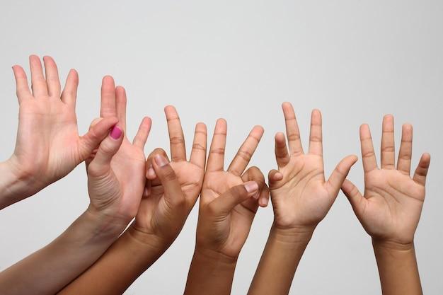 Velen staken de expressieve handen van kinderen op een rij op