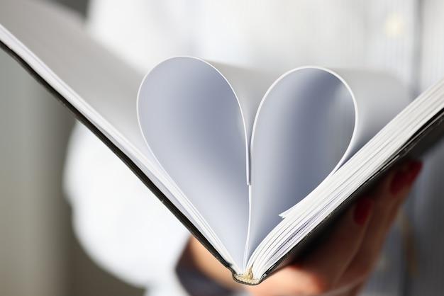 Vellen in dagboek worden gevouwen tot een hartvormig concept