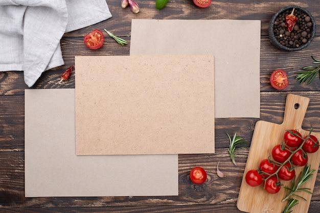 Vellen papier met ingrediënten