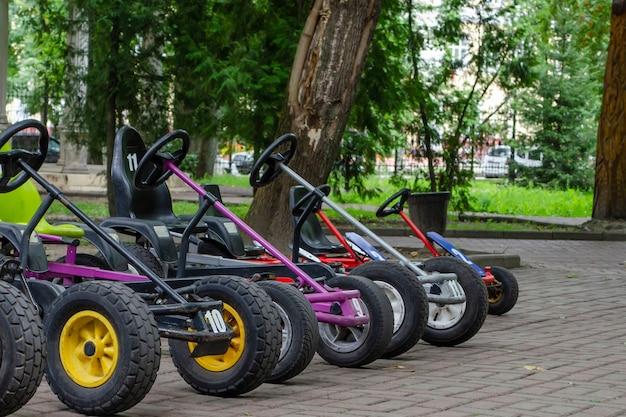 Velomobielen, atv's met pedalen, verhuur van sportartikelen in het park