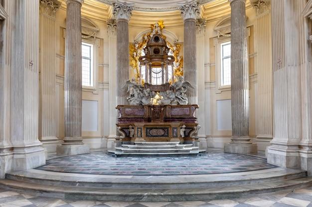 Venaria reale, itali - circa mei 2021: heilig katholiek altaar in barokstijl en koepel. dag licht.