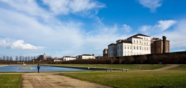 Venaria reale (italië) koninklijk paleis, uitzicht vanaf het zwembad