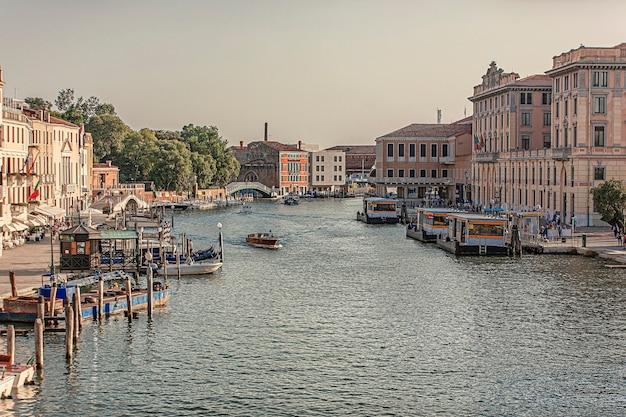 Veneti, itali 2 juli 2020: canal grande-landschap in venetië