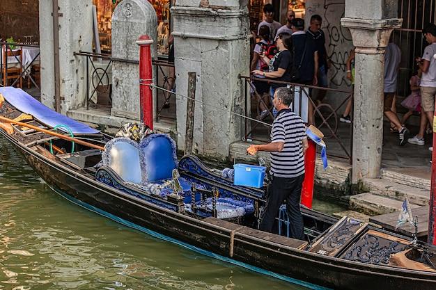Veneti, itali 2 juli 2020: gondelier in venetië