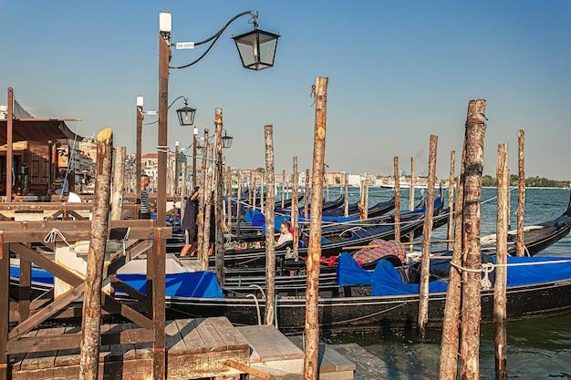 Veneti, itali 2 juli 2020: gondels afgemeerd op het san marco-plein in venetië