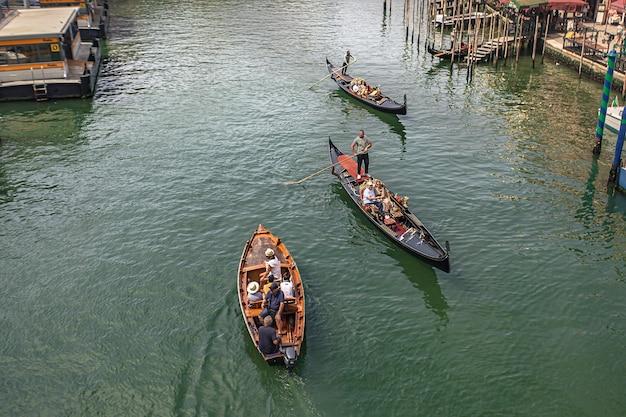 Veneti, itali 2 juli 2020: gondels in het kanaal van venetië