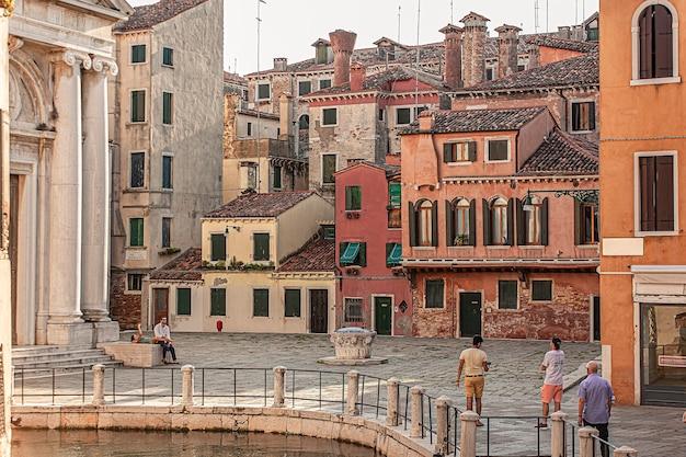 Veneti, itali 2 juli 2020: huizen in venetië tijdens een zonnige dag