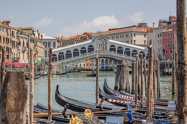Veneti, itali 2 juli 2020: rialtobrug in venetië in italië