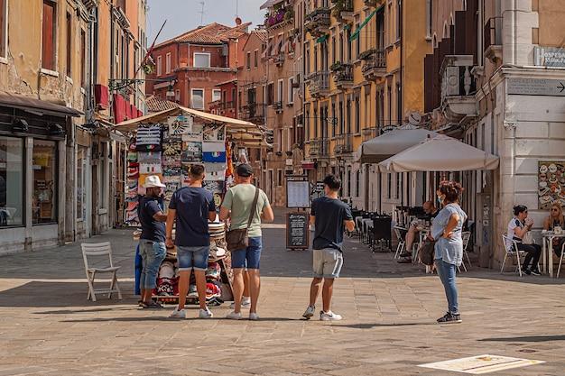 Veneti, itali 2 juli 2020: toeristen lopen in de straat van venetië