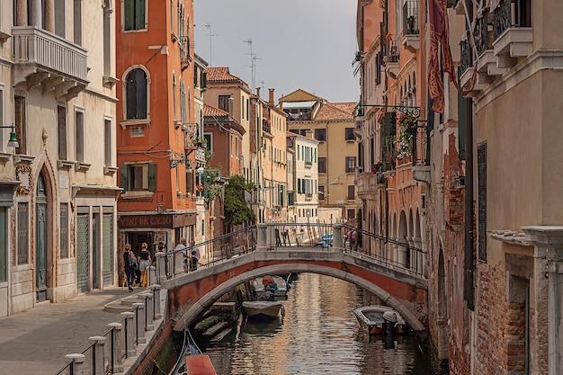 Veneti, itali 2 juli 2020: venetië rivier detail met kleine brug