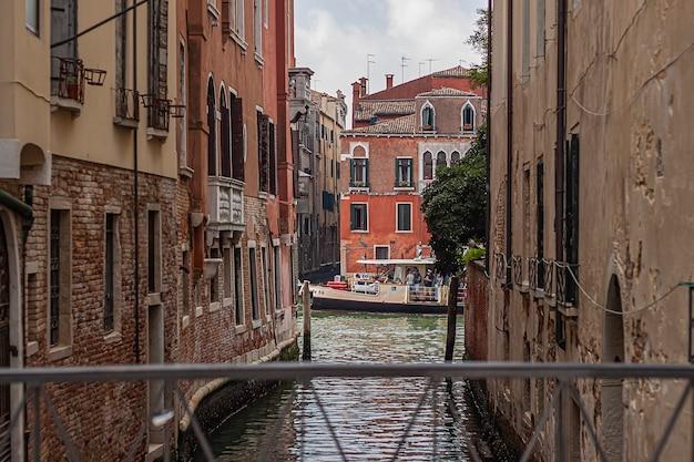 Veneti, itali 2 juli 2020: venetië rivier detail
