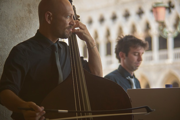 Veneti, itali 25 maart 2019: straatmuzikanten speelt in venetië