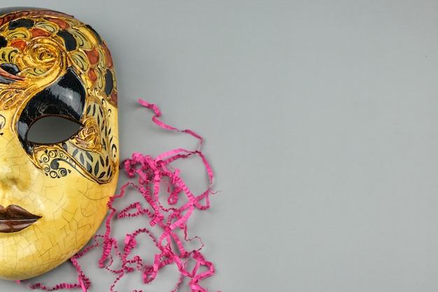 Venetiaans carnaval-masker dat op een grijze lijst wordt geïsoleerd