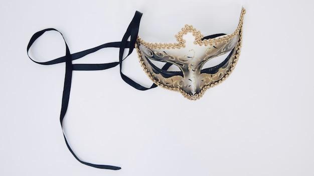 Venetiaans carnaval-masker dat op witte achtergrond wordt geïsoleerd